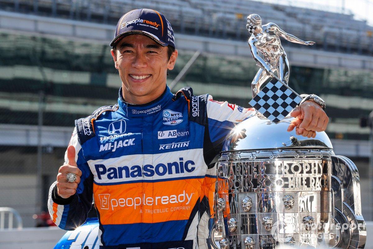 Ganador Takuma Sato, Rahal Letterman Lanigan Racing Honda posa para las fotos