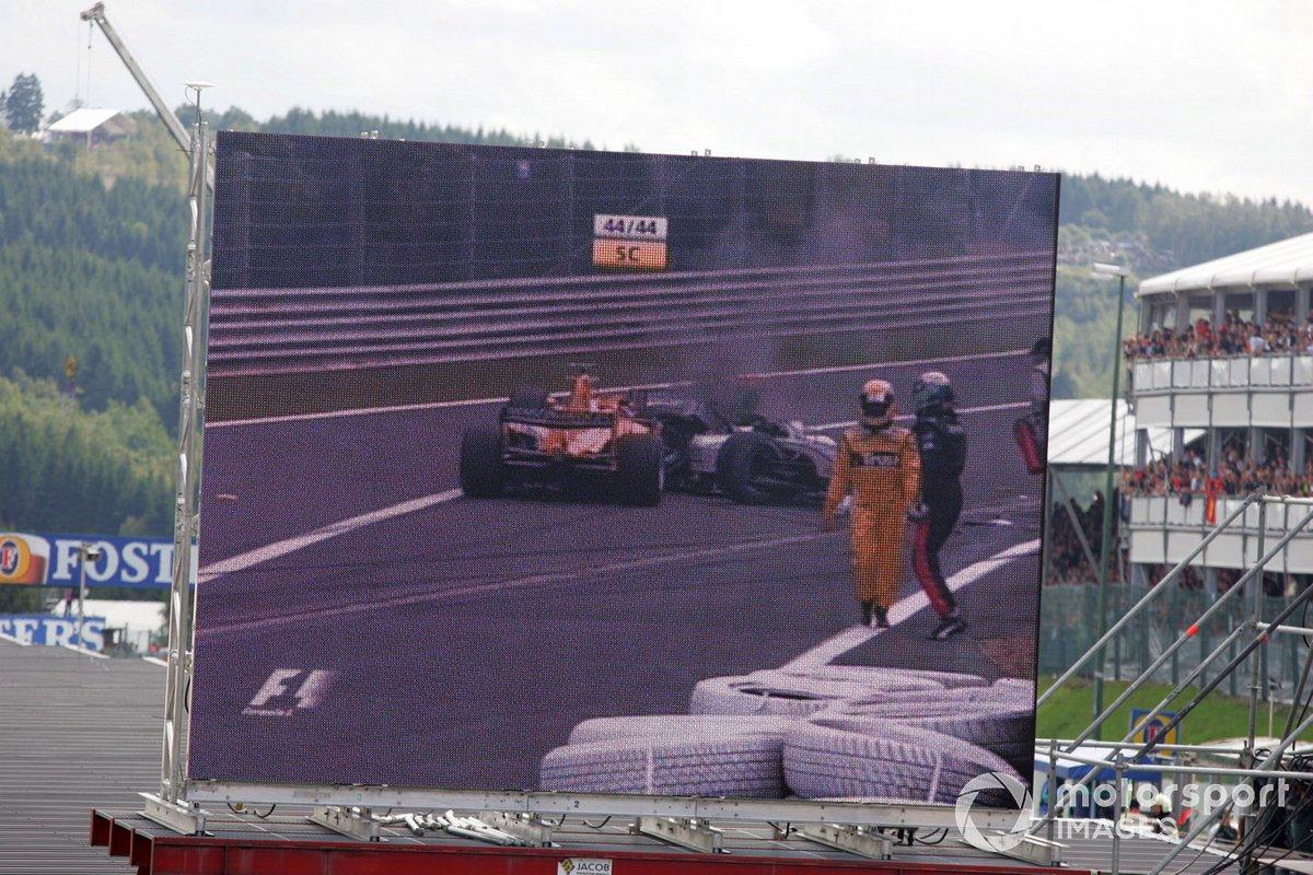 Это вызвало настоящий хаос в задних рядах. Зрители увидели сначала небольшой контакт между гонщиками Minardi, а затем пару разбитых машин