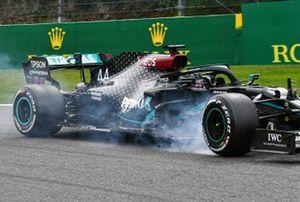 Lewis Hamilton, Mercedes F1 W11, locks his brakes
