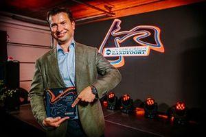 Jeroen van Glabbeek, CEO van CM.com, houdt een presentje vast ter ere van Grade 1-licentie van CM.com Circuit Zandvoort