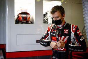 Callum Ilott, Haas F1 getting ready in the garage