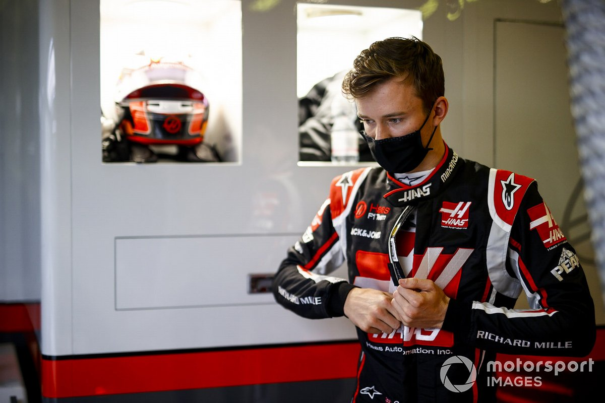 Callum Ilott, Haas F1 getting ready in the garage