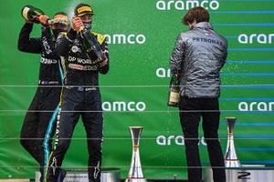 Podio: ganador de la carrera Lewis Hamilton, Mercedes-AMG F1, y tercer lugar Daniel Ricciardo, Renault F1