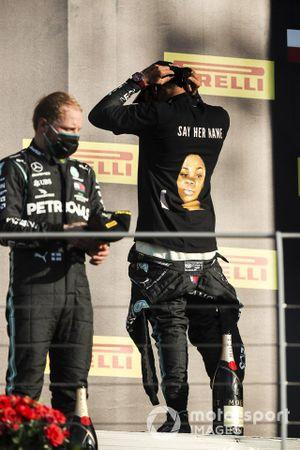 Valtteri Bottas, Mercedes-AMG F1, , 2nd position, and Lewis Hamilton, Mercedes-AMG F1, 1st position, on the podium