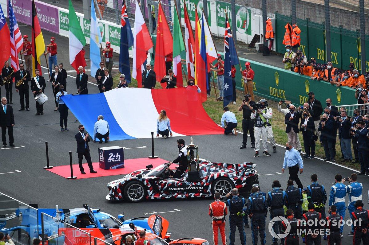 Il trofeo della 24 Ore di Le Mans viene consegnato su una Toyota Hypercar