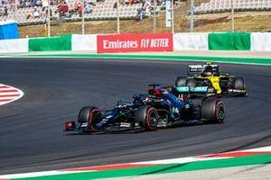 Lewis Hamilton, Mercedes F1 W11, Esteban Ocon, Renault F1 Team R.S.20