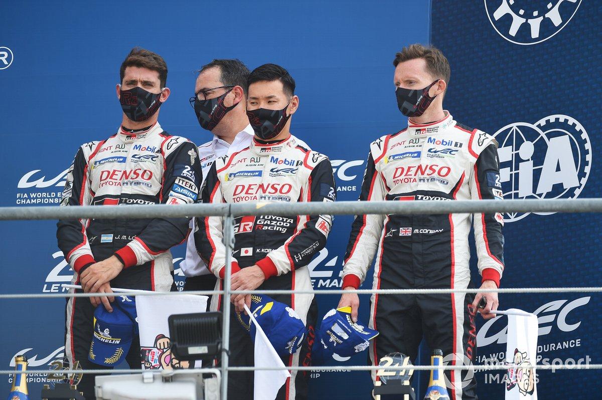 Podio: tercer lugar #7 Toyota Gazoo Racing Toyota TS050: Mike Conway, Kamui Kobayashi, José María López, y el jefe del equipo Rob Leupen