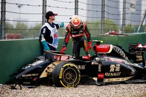 Pastor Maldonado, Lotus E22 Renault, climbs out of the cockpit after losing control