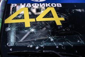 Поврежденное лобовое стекло на машине Руслана Нафикова
