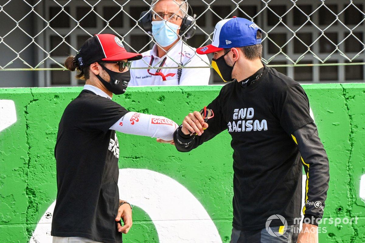 Antonio Giovinazzi, Alfa Romeo, e Esteban Ocon, Renault F1, sulla griglia