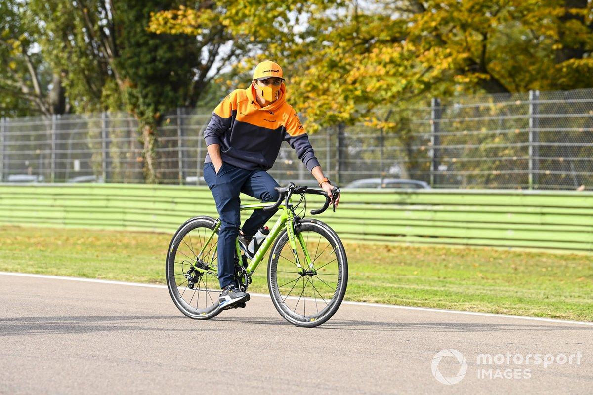 Lando Norris, McLaren, recorre el circuito de Imola en bici
