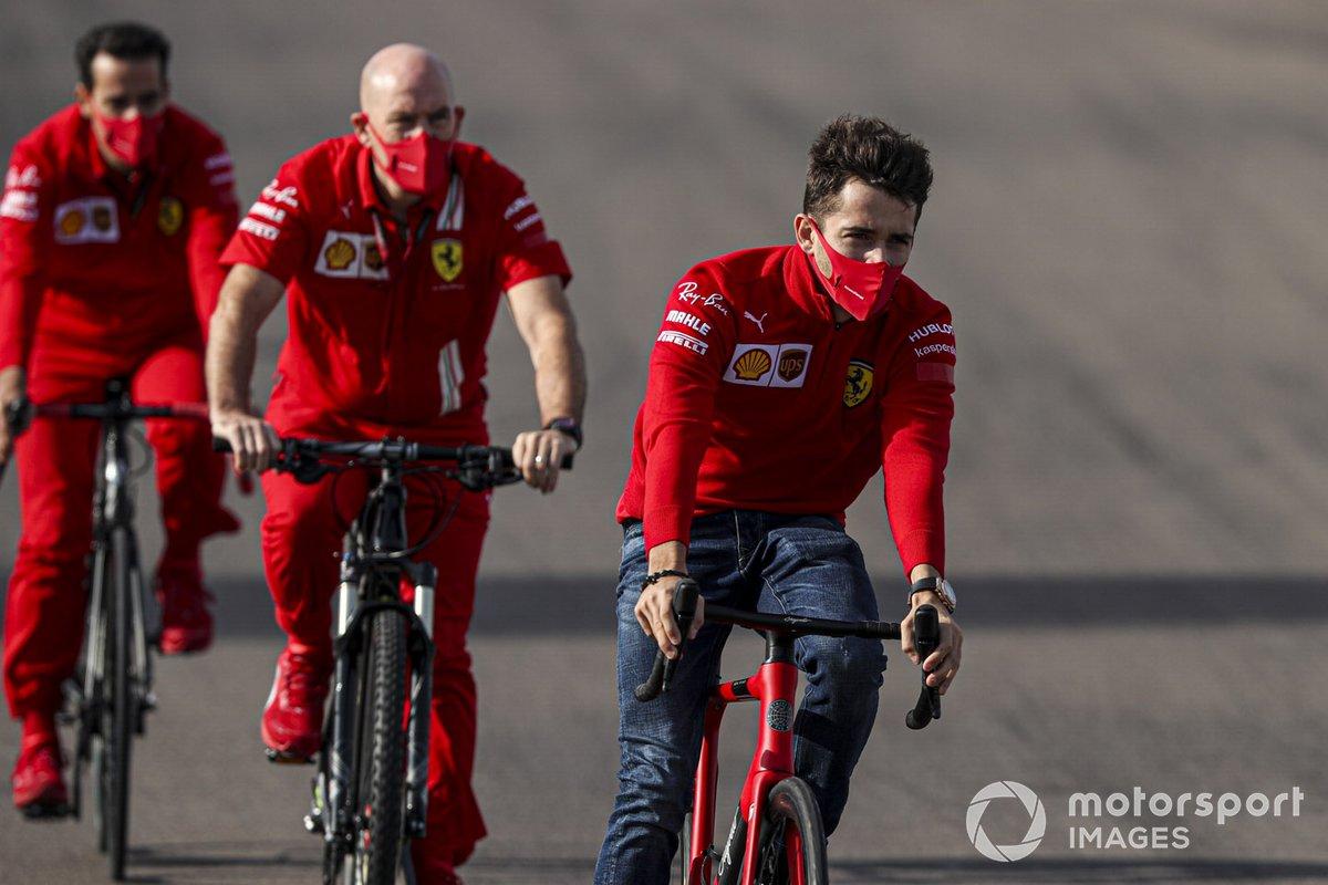 Charles Leclerc, Ferrari, percorre la pista in bicicletta con i compagni di squadra