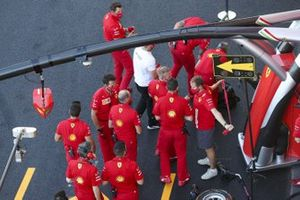Sebastian Vettel, Ferrari warms up with his team
