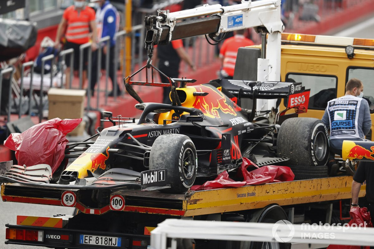 El coche de Max Verstappen, Red Bull Racing RB16, en una grúa