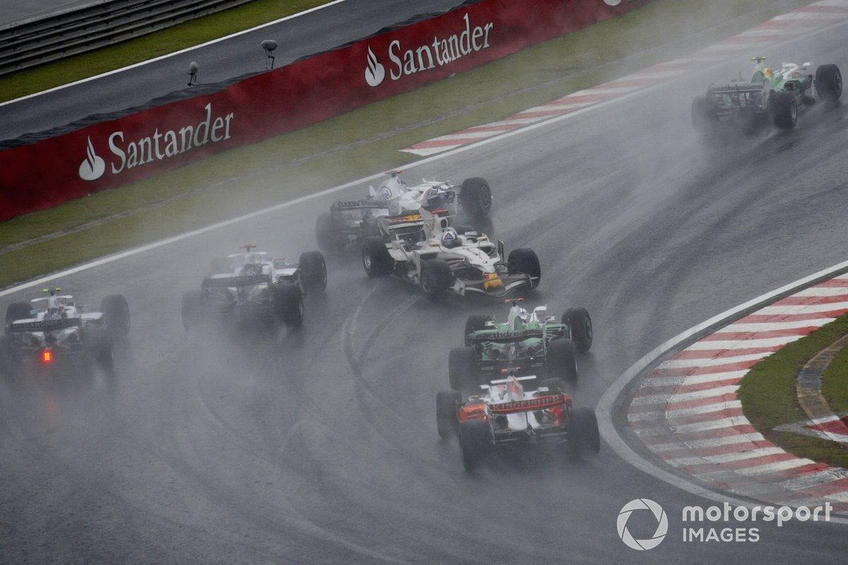 David Coulthard, Red Bull RB4 Renault, en dirección contraria tras un trompo en la primera vuelta