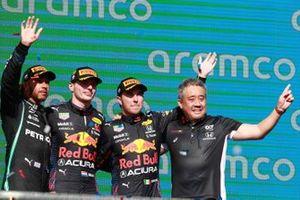 Le deuxième Lewis Hamilton, Mercedes, le vainqueur Max Verstappen, Red Bull Racing, le troisième Sergio Perez, Red Bull Racing, et Masashi Yamamoto, directeur général, Honda Motorsport, sur le podium