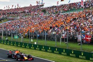 Polesitter Max Verstappen, Red Bull Racing RB15 poseert met zijn fans