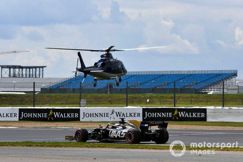 Romain Grosjean, Haas F1 Team VF-19, pasa junto al helicóptero Agusta A109E