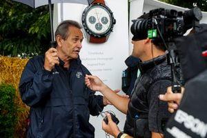 Jacky Ickx con los medios