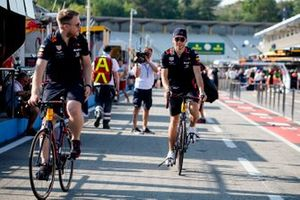 Pierre Gasly, Red Bull Racing, in pit lane con una bicicletta