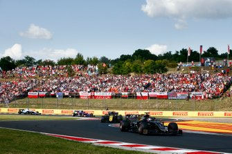 Romain Grosjean, Haas F1 Team VF-19, lidera Nico Hulkenberg, Renault F1 Team R.S. 19