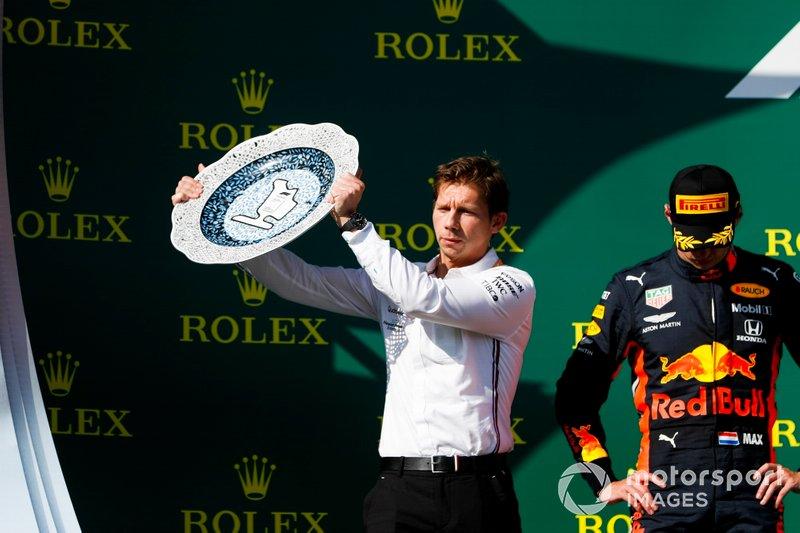 Matt Deane, Mecánico Jefe, Mercedes AMG, recibe el trofeo Constructores por Mercedes