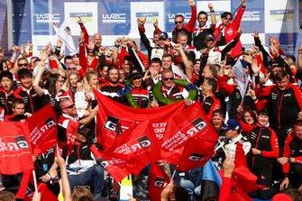 Podium: Winnaar Ott Tänak, Martin Järveoja, Toyota Gazoo Racing WRT Toyota Yaris WRC, derde plaats Jari-Matti Latvala, Miikka Anttila, Toyota Gazoo Racing WRT Toyota Yaris WRC met het team