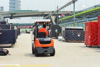 Un carrello elevatore nel pit straight di Ferrari e Red Bull