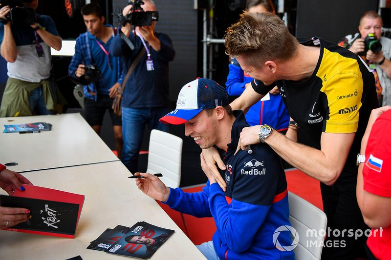 Nico Hulkenberg, Renault F1 Team, greets Daniil Kvyat, Toro Rosso