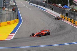 Sebastian Vettel, Ferrari SF90, en Max Verstappen, Red Bull Racing RB15