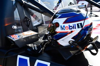 Todd Gilliland, Kyle Busch Motorsports, Toyota Tundra Mobil 1 helmet
