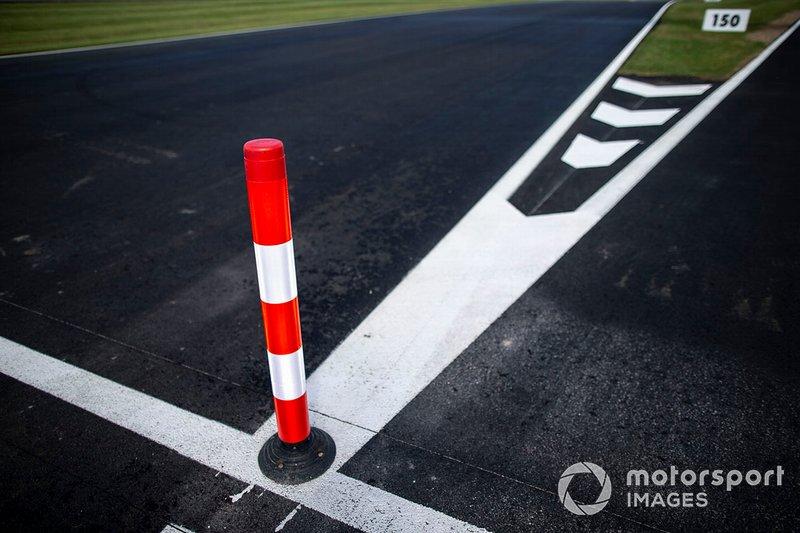 Le nouvel asphalte dans la voie des stands