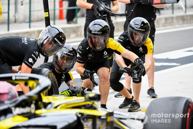The Renault pit crew at work