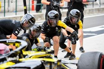 Механики Renault Sport F1 Team за работой