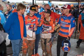 Willem-Alexander, Koning der Nederlanden, ontmoet Calvin Vlaanderen, Jeffrey Herlings en Glenn Coldenhoff van TeamNL