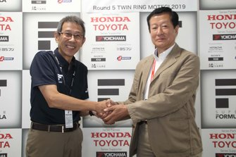 Akira Kurashita (Presidente de JRP) y Masao Mizuno (Presidente de la Asociación Japonesa de Fórmula Tres)