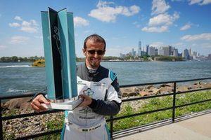 Il vincitore della gara Bandar Alesayi, Saudi Racing con il suo trofeo