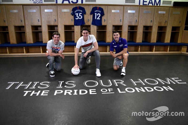 Maverick Viñales (Yamaha) e Cal Crutchlow (LCR Honda) visitano il ponte di Stamford con il portiere del Chelsea Kepa