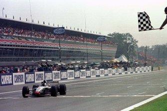 Le vainqueur David Coulthard, McLaren MP4/12 Mercedes-Benz