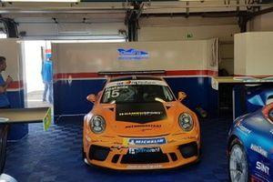 La Porsche di Aldo Festante, Ombra Racing, nel garage