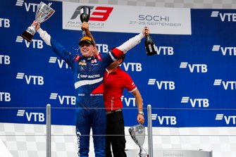 Campione Robert Shwartzman, PREMA Racing, festeggia sul podio con il boss del team Rene Rosin