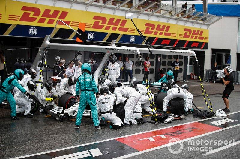 Lewis Hamilton, Mercedes AMG F1 W10, effettua un pit stop
