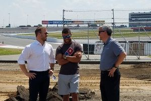 SMI President Marcus Smith, NASCAR pilotu Bubba Wallace ve Charlotte Motor Speedway Executive Vice-President ve General Manager Greg Walter