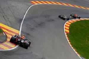 Max Verstappen, Red Bull Racing RB14, precede Nico Hulkenberg, Renault Sport F1 Team R.S. 18, e Daniel Ricciardo, Red Bull Racing RB14
