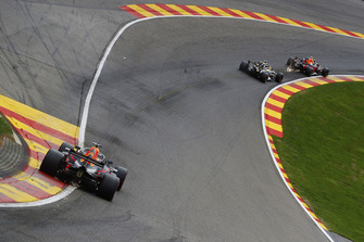 Max Verstappen, Red Bull Racing RB14, leads Nico Hulkenberg, Renault Sport F1 Team R.S. 18, and Daniel Ricciardo, Red Bull Racing RB14