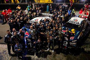 Победитель Шейн ван Гисберген, второе место – Джейми Уинкап, Triple Eight Race Engineering Holden