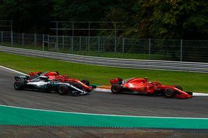 Sebastian Vettel, Ferrari SF71H touche Lewis Hamilton, Mercedes AMG F1 W09 alors que Kimi Raikkonen, Ferrari SF71H mène