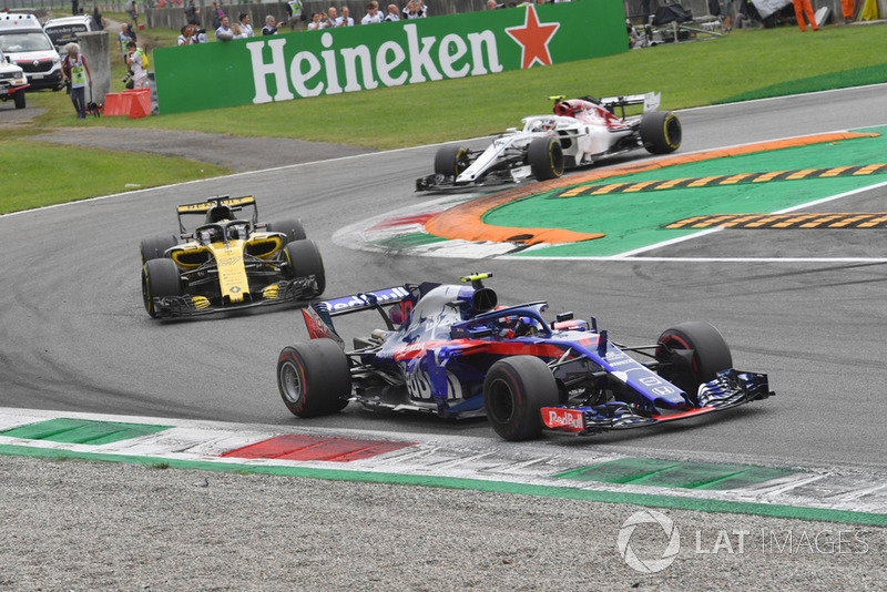 Pierre Gasly, Scuderia Toro Rosso STR13, Nico Hulkenberg, Renault Sport F1 Team R.S. 18 and Charles Leclerc, Sauber C37 battle