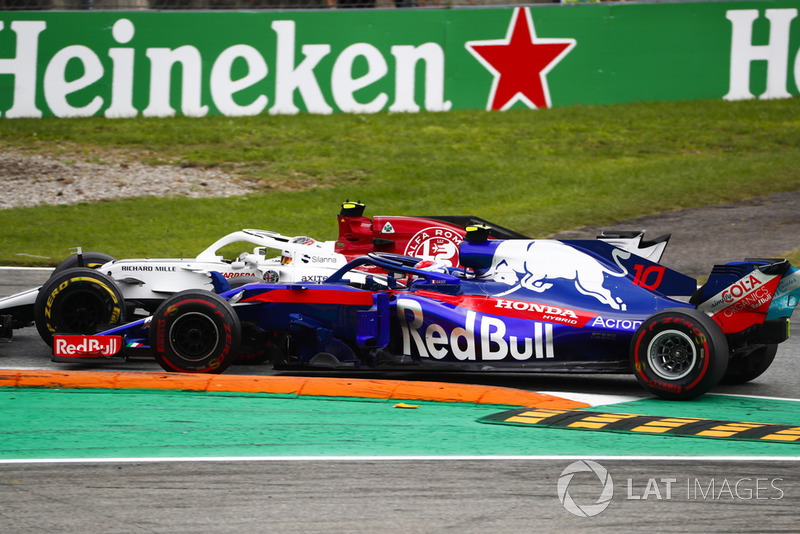 Charles Leclerc, Sauber C37, and Pierre Gasly, Toro Rosso STR13, go wheel-to-wheel