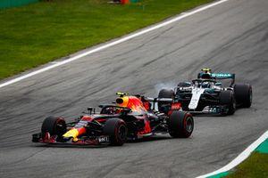 Max Verstappen, Red Bull Racing RB14, devant Valtteri Bottas, Mercedes AMG F1 W09